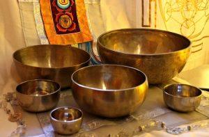 Instrumente wie die Klangschalen begleiten eine Rezitation.