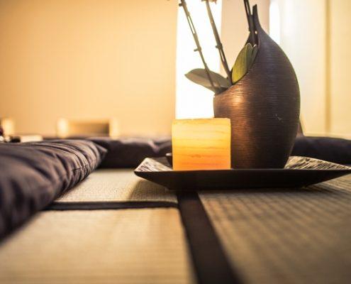 Gesundheitliche Vorteile der Zen Meditation sind unter anderem das Lindern von Verspannungen, Kopfschmerzen und Stress.