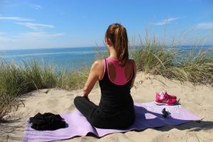 Meditieren am Strand für mehr Energie und innere Ruhe.