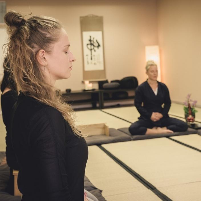 Zen Meditation lernen für mehr Klarheit und Ruhe im Alltag.